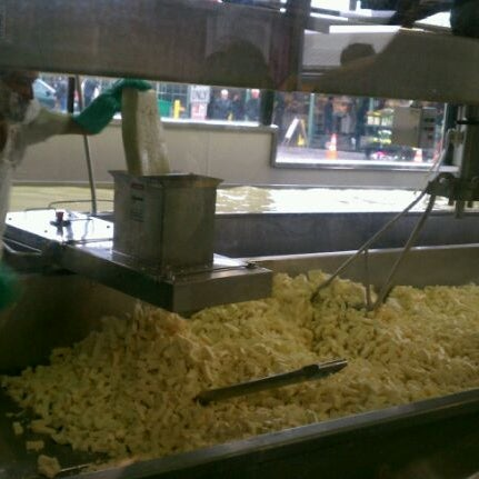 Das Foto wurde bei Beecher's Handmade Cheese von Stacee E. am 3/9/2012 aufgenommen