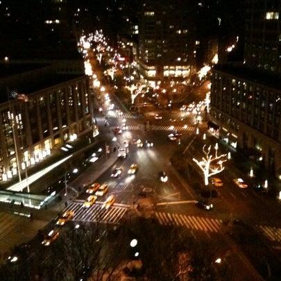 Foto tirada no(a) The Empire Hotel Rooftop por Timothy J. em 12/24/2010