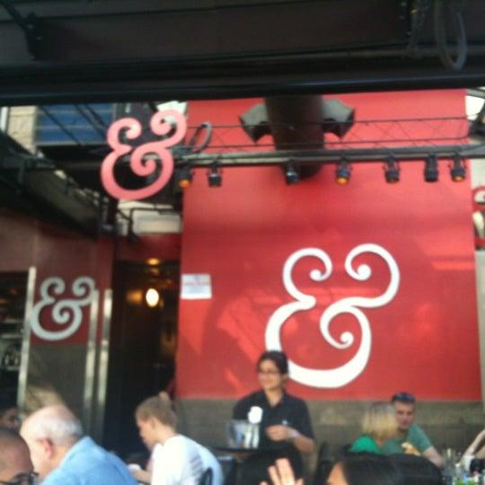 Photo prise au Kramerbooks & Afterwords Cafe par Ellie B. le3/17/2012