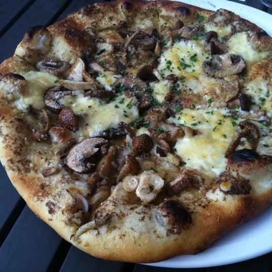 Photo prise au Mia's Pizzas par Samantha E. le7/2/2011