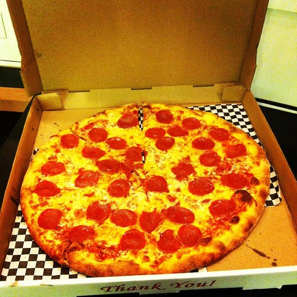 Снимок сделан в Pop Up Pizza пользователем Dr. Adam P. Z. 9/13/2012