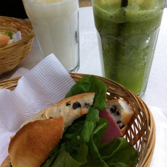 Снимок сделан в Mark's Deli & Coffee House пользователем Tomer 6/10/2012