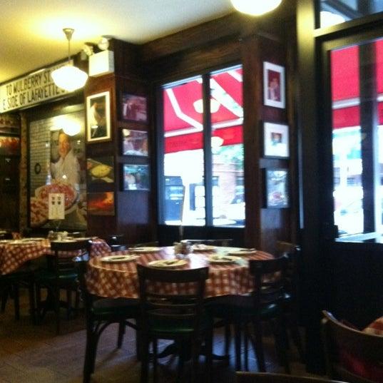 Das Foto wurde bei Lombardi's Coal Oven Pizza von Ryan B. am 6/12/2012 aufgenommen