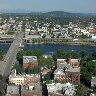 Foto tomada en Portland City Grill por Stephen M. el 8/26/2012