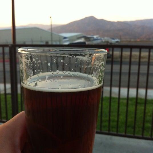 Foto tirada no(a) Hangar 24 Craft Brewery por Dean D. em 9/5/2012