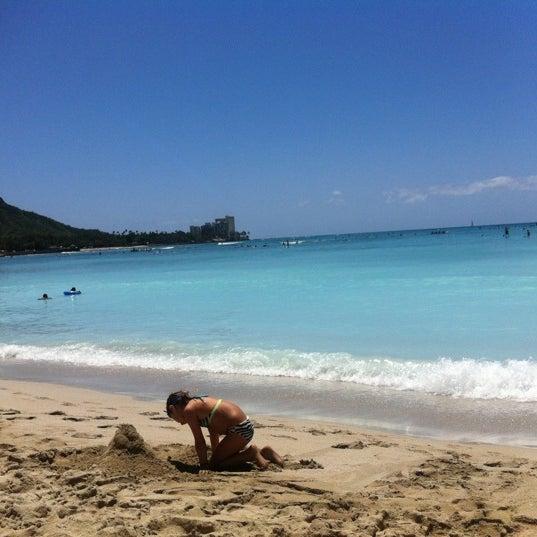 Foto tomada en Duke's Waikiki por Jill E. el 3/28/2012