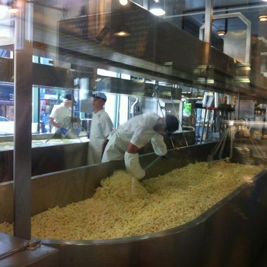 Foto tomada en Beecher's Handmade Cheese por Kristen H. el 4/21/2012