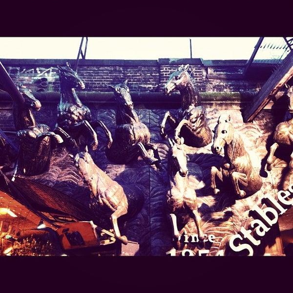 Foto tirada no(a) Camden Stables Market por louie arien a. em 3/28/2012