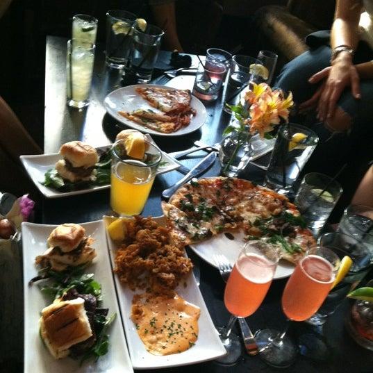 Foto diambil di The Glendon Bar & Kitchen oleh Victoria G. pada 8/17/2012