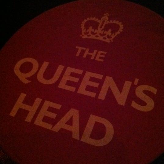 Снимок сделан в The Queen's Head пользователем Amanda P. 3/16/2012