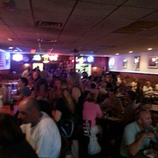 รูปภาพถ่ายที่ Star Tavern Pizzeria โดย Ralph H. เมื่อ 8/5/2012