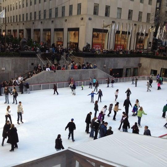 Das Foto wurde bei The Rink at Rockefeller Center von Joseph M. am 1/7/2012 aufgenommen