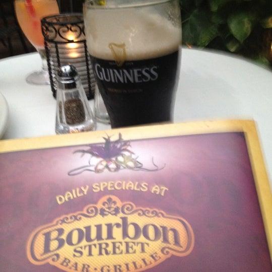 Foto tirada no(a) Bourbon Street Bar & Grille por Karanja S. em 5/25/2012