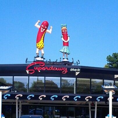 Снимок сделан в Superdawg Drive-In пользователем Elizabeth 7/11/2012