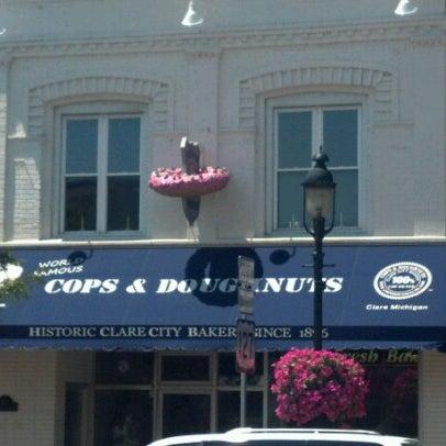 รูปภาพถ่ายที่ Cops & Doughnuts Bakery โดย Elizabeth B. เมื่อ 6/24/2012