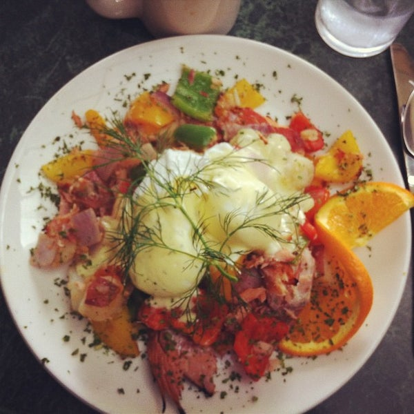 4/24/2012 tarihinde Daniel A.ziyaretçi tarafından Plums Cafe and Catering'de çekilen fotoğraf