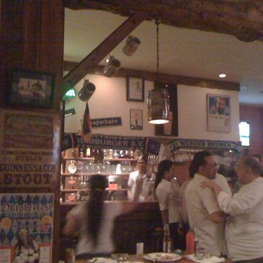 Снимок сделан в Die Stube German Bar & Resto пользователем Twothree T. 9/9/2011