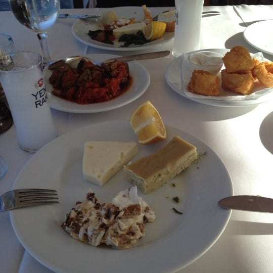 Foto diambil di Yasemin Restaurant oleh Serra A. pada 9/8/2012