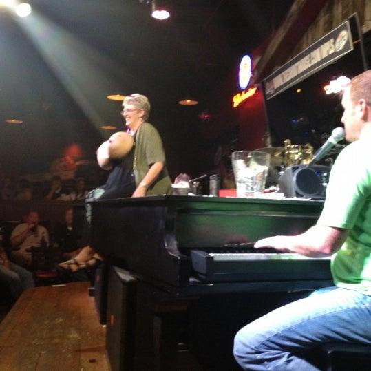 Das Foto wurde bei Shout House Dueling Pianos von Stacy A. am 9/9/2012 aufgenommen