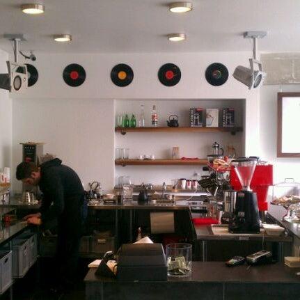 Das Foto wurde bei Elite Audio Coffee Bar von Daniel S. am 1/30/2012 aufgenommen