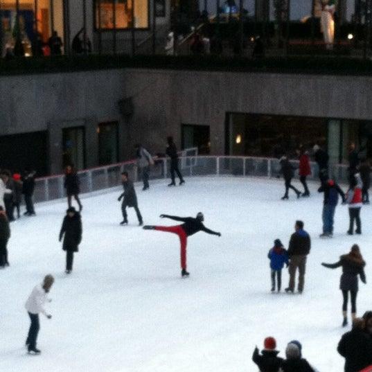 Das Foto wurde bei The Rink at Rockefeller Center von James C. am 1/3/2012 aufgenommen