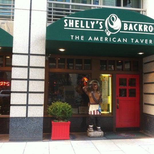 Das Foto wurde bei Shelly's Back Room von Kevin B. am 7/13/2011 aufgenommen