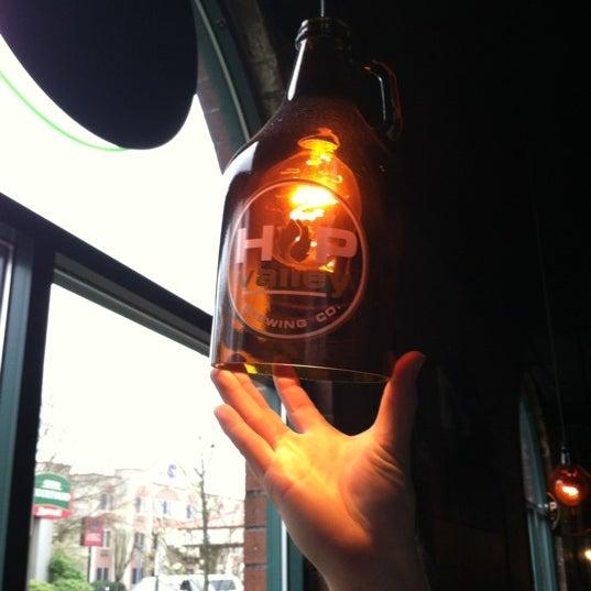 รูปภาพถ่ายที่ Hop Valley Brewing Co. โดย Caleb G. เมื่อ 3/28/2012