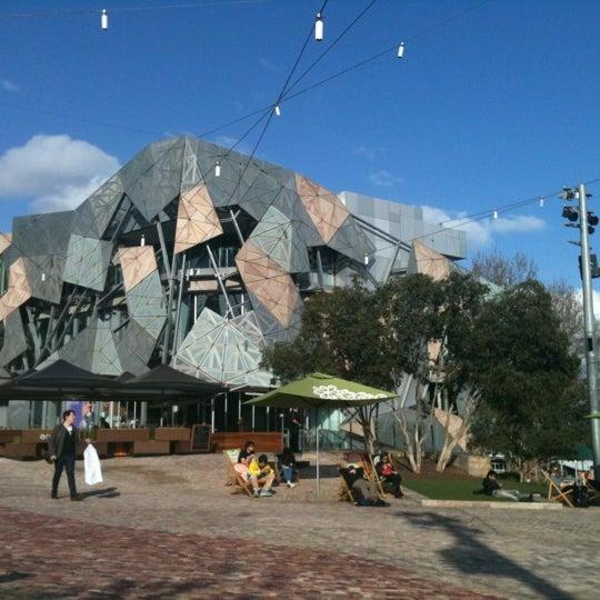 รูปภาพถ่ายที่ Federation Square โดย Annisa F. W. เมื่อ 9/6/2012