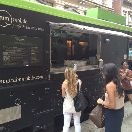 8/8/2012 tarihinde Eyal G.ziyaretçi tarafından Taïm Mobile Falafel & Smoothie Truck'de çekilen fotoğraf