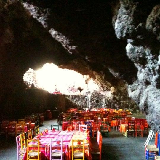 Foto tomada en La Gruta Restaurant por Rafael P. el 5/30/2012
