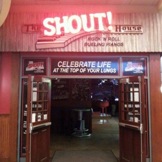 Das Foto wurde bei Shout House Dueling Pianos von Amber am 4/20/2012 aufgenommen