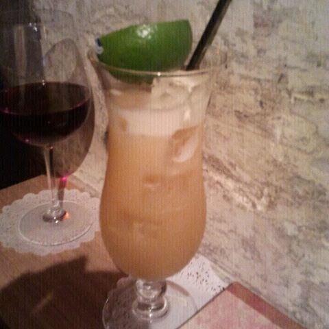 Foto tomada en Grandma's Bar por Emma S. el 3/2/2011