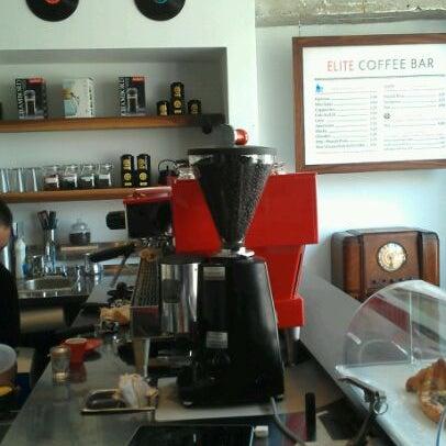 Das Foto wurde bei Elite Audio Coffee Bar von Holden am 5/1/2012 aufgenommen