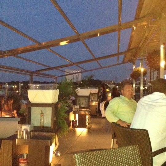 Снимок сделан в Solas Lounge & Rooftop Bar пользователем Yenly C. 6/10/2012