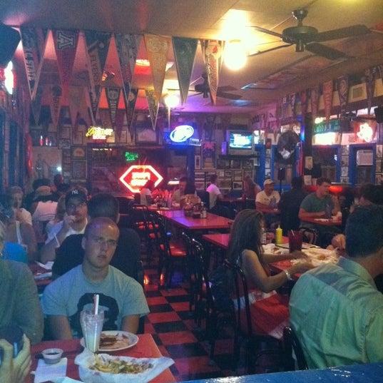 Foto tirada no(a) Hut's Hamburgers por Andrew G. em 7/22/2011