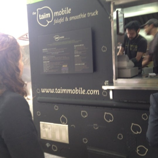 Foto scattata a Taïm Mobile Falafel & Smoothie Truck da Chantal S. il 5/7/2012