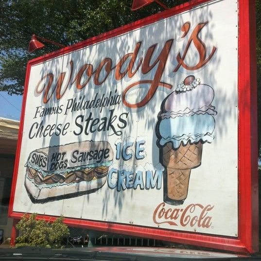 Foto scattata a Woody's Famous CheeseSteaks da Jaime il 6/25/2011