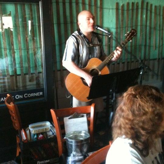 Foto tomada en Cabanas Beach Bar and Grill por Robin J. el 8/12/2011