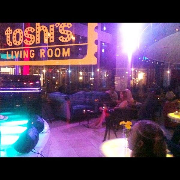 4/17/2012 tarihinde Lifestyle + Charity Magazineziyaretçi tarafından Toshi's Living Room'de çekilen fotoğraf