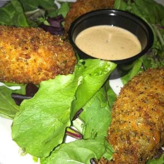 Foto tirada no(a) Huberts Sports Bar & Grill por Mpls D. em 8/2/2012
