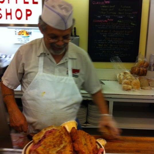 Foto diambil di Manny's Cafeteria & Delicatessen oleh Purple P. pada 9/2/2012