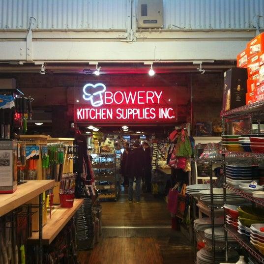 Das Foto wurde bei Bowery Kitchen Supplies von RenatoNYC .. am 2/24/2012 aufgenommen
