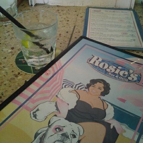 Photo prise au Rosie's Bar & Grill par Kyle K. le12/26/2011