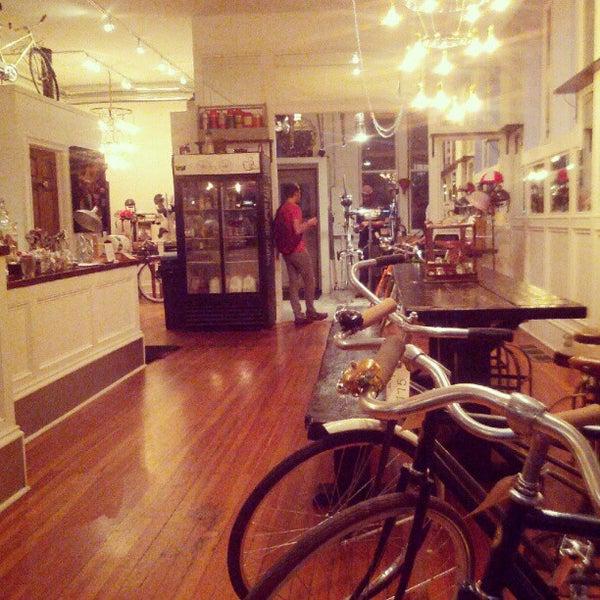 รูปภาพถ่ายที่ Heritage Bicycles โดย Vincent Greg W. เมื่อ 8/28/2012