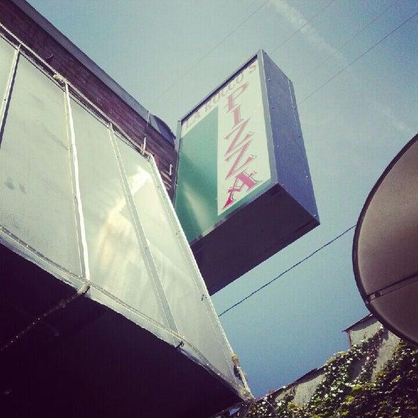 Foto scattata a La Rocco's Pizzeria da Jack R. il 5/22/2012