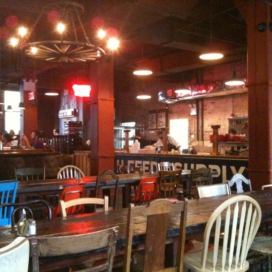 รูปภาพถ่ายที่ Mable's Smokehouse & Banquet Hall โดย Aaron W. เมื่อ 7/6/2011