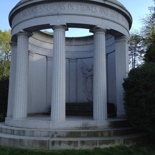 Foto tomada en Green-Wood Cemetery por Brian F. el 4/21/2012