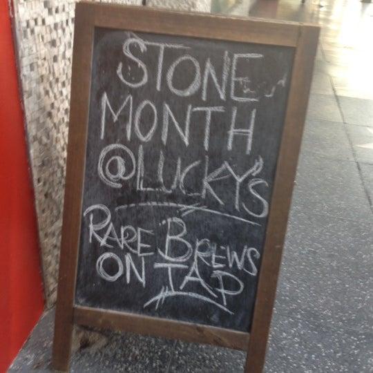 Снимок сделан в Lucky's Tavern пользователем Kim L. 9/8/2012