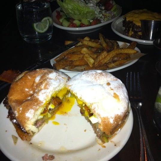 Foto tirada no(a) DMK Burger Bar por Kristin C. em 7/25/2011