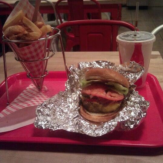 Foto tomada en F. Ottomanelli Burgers and Belgian Fries por Tisha B. el 1/31/2012